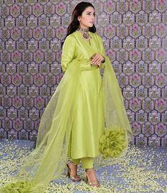 Stylish Dresses For Girls, Stylish Dress Designs, Simple Dresses, Casual Dresses, Long Dress Design, Winter Dresses, Beautiful Pakistani Dresses, Pakistani Dresses Casual, Pakistani Dress Design