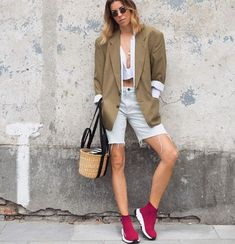 A bermuda está on nesse verão! Dicas de como usar, looks arrasadores Athleisure, Bermuda Jeans, All Jeans, Shorts, Formal, Straw Bag, Ideias Fashion, Blazer, Tips