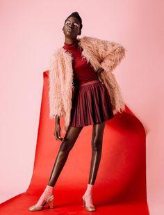 Rosa vs.rojo  La modelo Hauwa Dauda posa ante el fotógrafo Steve Marais, en este reportaje para la revista Grazia South Africa