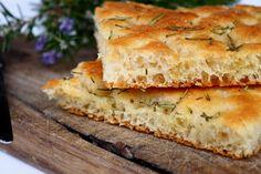 La focaccia Bimby è una ricetta classica e sempre molto amata, da accompagnare con dei salumi o servire solo con sale e rosmarino