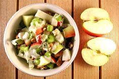 Een eenvoudige en snelle salade: heerlijk! Kijk snel verder voor het recept van de spitskoolsalade met walnoten, appel en bleekselderij.