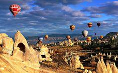 """El valle panorámico de Pasabagi (de los monjes) en Capadoccia. En este valle se encuentran las """"Chimeneas de Hadas"""" más interesantes que son las formaciones rocosas de forma cónico con unas cabezas de piedra. Unas capillas rupestres están excavadas dentro de estas rocas y aún se puede visitarlas. Como estas capillas tuvieron importancias espirituales, fueron llamadas """"Las Chimeneas de Hadas""""."""