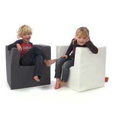 Helemaal stoer als je je eigen stoel hebt. Omdat de vulling van de stoel van schuimrubber is, is hij flexibel en heerlijk zacht! Eenvoudig schoon te maken met een vochtige doek. De kleuterstoel van KidzImpulz is verkrijgbaar in 4 verschillende kleuren. De stoel is geschikt voor kinderen van 4 tot 8 jaar. Afmeting van de kleuterstoel: 55(bl)x55(h)x43(d)cm (zithoogte 30 cm Materiaal: Skai Vulling: schuimrubber