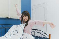 目覚めの若い女性朝の stock photo
