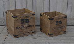 Et set med 2 st fantastiskt fina och gedigna trälådor tillverkade av solitt återvunnet trä.  Stora lådan: Bredd/Djup/Höjd: 40/40/42 cm Lilla lådan: Bredd/Djup/Höjd: 35/35/36 cm  Lådorna levereras i samma kartong och priset inkluderar båda lådorna.