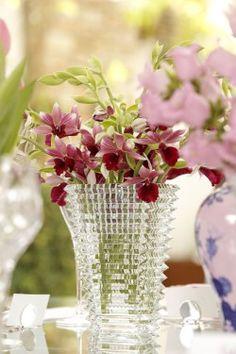 Uma mesa muito especial de aniversário para comemorar com amigas e muitas delícias, entre as lindas peças da louça Oriente Italiano, da Theodora Home!