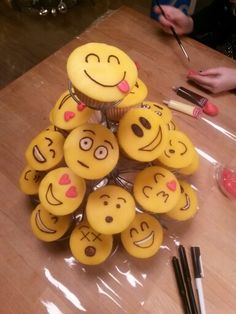 Traktatie Snacks Für Party, Party Treats, School Cupcakes, Emoji Cake, School Treats, Birthday Treats, Mets, Food Humor, Pretty Cakes