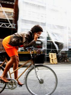 Welcome to the original Cycle Chic. Streetstyle, bicycle advocacy on high heels, style over speed. Urban Cycling, Urban Bike, Bike Rollers, Cycle Chic, T Magazine, Bicycle Girl, Bike Style, Cycling Bikes, Fitness Inspiration