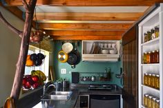 Lots of great kitchen ideas for tiny house livin'!