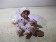 dolls house ooak sculpt baby girl + matching ooak dolly 1/12 scale Dollhouse Ideas, Dollhouse Dolls, Miniature Dolls, Polymer Clay Sculptures, Polymer Clay Dolls, Barbie Kids, Barbie Dolls, Tiny Dolls, Ooak Dolls