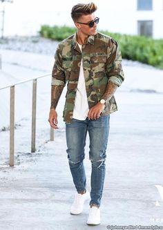 Dicas para usar Camuflado, Como usar Camuflado? Macho Moda - Blog de Moda Masculina: CAMUFLADO: Como Usar Peças Camufladas no Visual - 5 Dicas Fáceis. Camuflado masculino, Roupa Camuflada, Roupa Camuflada Masculina, Jaqueta Camuflada, Camiseta Branca Lisa, Calça Jeans, Tênis Branco