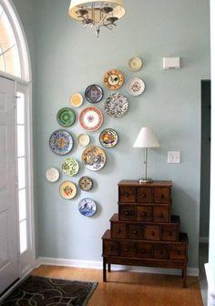 déco murale très originale en assiettes multicolores