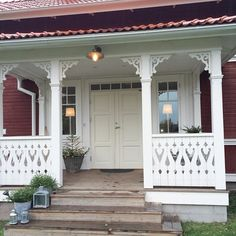 Exterior House Colors, Exterior Doors, Pink Houses, Old Houses, Porch Canopy, Norwegian House, Cottage Porch, Swedish Interiors, Grades