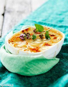 Valkosipuliperunat | Kotivinkki Work Meals, Thai Red Curry, Hummus, Garlic, Potatoes, Tasty, Cheese, Ethnic Recipes, Food