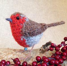 Winter robin crochet bird sculpture door FreshlyKnittedThings