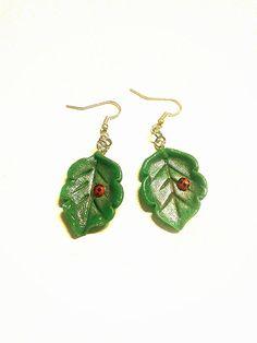 Orecchini foglia verde con coccinella modellata a mano in porcellana fredda, regalo donna ragazza bambina primavera estate natura verde