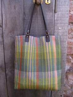Handwoven bag using Weavers Bazaar 18/2nm worsted yarn. This 100% wool yarn is tightly twisted which gives a crisp finish for this bag.