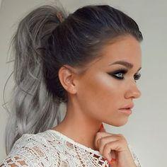 En una cola de caballo. | 27 Chicas que prueban que el pelo gris sigue siendo lo…