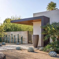 landscape architecture - A Modern Palm Springs Desert Home with Midcentury Style