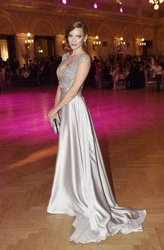 Královnou plesu byla jednoznačně Andrea Verešová v modelu od Zuzany Lešák Černé. Celebrity, Formal Dresses, Model, Fashion, Dresses For Formal, Moda, Formal Gowns, Fashion Styles