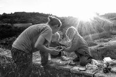 LIFEforFIVE-Kletterurlaub mit Kindern. Abendessen im Freien auf einer alten Steinmauer.