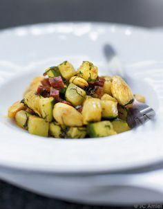 Recette Poêlée de courgettes, amandes, chorizo, curry et menthe fraîche : Lavez, séchez et coupez les courgettes en dés. Assaisonnez-les avec le curry, du ...