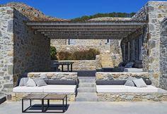 Porche de estilo Mediterráneo  con bancos de obra y piedra