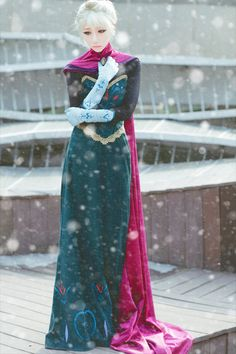 Frozen: Elsa. Great cosplay, I like that it is before let-it-go. I feel like nobody does that <<< true!(Beauty World Anime)