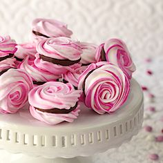 Looking for something delicious, fun, & decently healthy for Valentines Day? Check out these French Meringues w/ Strawberry-Ganache Filling
