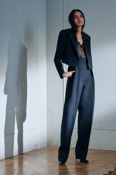 Коллекции | Resort | Весна-лето 2021 | VOGUE Moda Victoria Beckham, Style Victoria Beckham, Victoria Beckham Fashion, Victoria Beckham Collection, Madame Tops, High Fashion, Fashion Show, Fashion Design, Style Androgyne