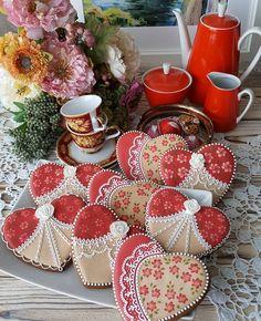 Когда хочешь оказать знак внимания - душистый, вкусный и красивый пряник всегда кстати!Комплименты для гостей. . #имбирныепряники #пряничноесердце #пряникивподарок #расписныепряники #пряникиназаказмосква #decoratedcookies #gingerbreadheart #gingerbreadcookies #royalicing #bernttatiana