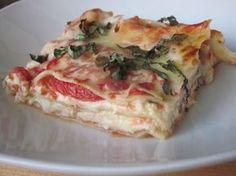 Uno de los platos más significativos y populares de la cocina italiana es la lasaña. Las hay de muchas clases, en esta ocasión re voy a enseñar a elaborar una lasaña caprese cuya base es el queso ricotta y el tomate. Es muy fácil y sencilla de preparar, así que toma not