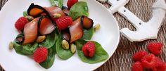 iInsalata di spinacini con salmone affumicato con alga nori, lamponi e pistacchi