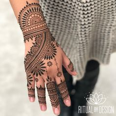 Social media is training us to compare our lives, instead of appreciating everything we are. No wonder why everyone's depressed. Pretty Henna Designs, Indian Henna Designs, Finger Henna Designs, Simple Arabic Mehndi Designs, Henna Art Designs, Mehndi Designs For Girls, Mehndi Designs 2018, Stylish Mehndi Designs, Dulhan Mehndi Designs