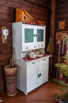 ♥keittiön kaapisto Tiny Log Cabins, Country Christmas, Christmas Inspiration, Sweet Home, Cottage, Interior, Furniture, Cupboards, Home Decor