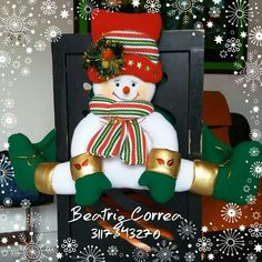 Visita nuestro centro de capacitacion virtual de MANUALIDADES: www.elrincondeanamaria.com/           Tutorial de cubresillas MAMA NOEL   ... Felt Christmas Decorations, Christmas Stockings, Christmas Wreaths, Christmas Ornaments, Holiday Decor, Christmas Mom, Christmas Projects, Snowman Crafts, Xmas Crafts