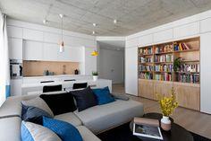 Fiatal család 63m2-es otthona új építésű társasházban - fehér fa és beton felületek egységes bútorok