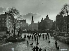 Schaatsen op de grachten rond de Nieuwmarkt, 1953