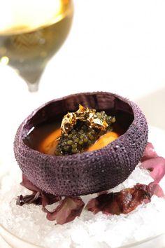 Sea urchin in a lobster jell-o with cauliflower, caviar & crispy 'seaweed' w… Seeigel in Hummergelee mit Blumenkohl, Kaviar und knuspriger Seetangwaffel Hummer, Crispy Seaweed, Caramel Pears, Cooking Photos, Cooking Tips, Cooking Recipes, Jell O, Sea Urchin, Molecular Gastronomy
