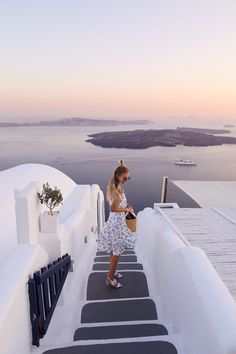 Hiiii loves, I already told you last week that Alex and I spent some quality time in Greece. After our wonderful time on Mykonos, we headed to our beloved Santorini. Mykonos, Santorini Greece, Santorini Travel, Posing Ideas, Travel Pictures, Travel Photos, Merida, Ohh Couture, Cities