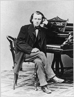 Johannes Brahms. son père l'emmenait tous les soirs jouer du piano dans les tavernes enfumées