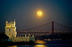 Torre de Belém, flutuando sobre as margens do rio Tejo e tambem a Ponte 25 de Abril, Lisboa, Portugal