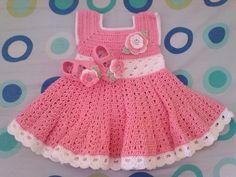 Vestido e sapatinho de crochê    Confeccionado com linha 100% algodão    Tamanhos:  0 a 3 meses  3 a 6 meses R$ 70,00