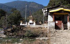 So beginnt der Meditationspfad hinauf ins Kloster. Foto: Doris Bhutan, Meditation, Cabin, House Styles, Home Decor, Photos, Cabins, Cottage, Interior Design