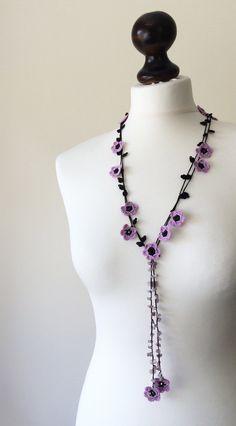Collar ganchillo lazo con cuentas de Oya flor lila joyería