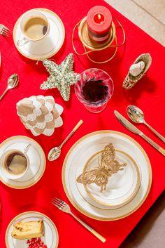 Te invităm cu drag la masă, deoarece te așteaptă un aranjament special care te va răsfăța. Te așteptăm la Nobila Casa să descoperi care sunt decorațiunile de Crăciunpe care să le aduci în căminul tău! Warm Home Decor, House Warming, Table Decorations, Holiday Decor, Dinner Table Decorations