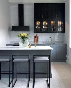 Small but very chic two-tone kitchen - Interior by Sofia Small Open Plan Kitchens, Open Plan Kitchen Diner, Open Plan Kitchen Living Room, Home Decor Kitchen, Interior Design Kitchen, New Kitchen, Open Plan Kitchen Inspiration, Home And Deco, Küchen Design