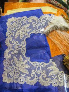 Mouchoir en blonde en cours de travail Bobbin Lacemaking, Types Of Lace, Art Textile, Linens And Lace, Needle Lace, Lace Embroidery, Lace Making, Lace Patterns, Tulle Lace