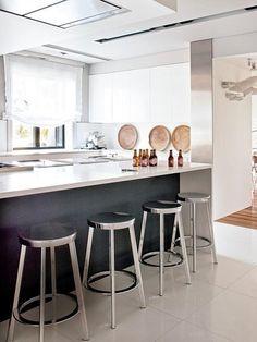 Una casa con decoración contemporánea: cocina con taburetes