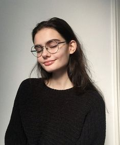 Hair Care Tips That You Shouldn't Pass Up. If you don't like your hair, you are not alone. Cute Glasses, Girls With Glasses, Girl Glasses, Pretty People, Beautiful People, Tumbrl Girls, Mode Ootd, Face Hair, Hair Care Tips